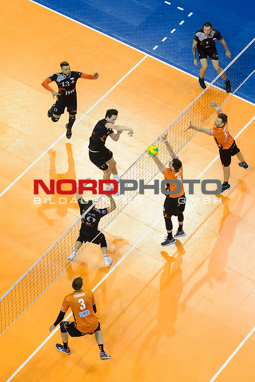 28.02.2018, Max Schmeling Halle, Berlin<br />Volleyball, 2018 CEV Volleyball Champions League, Vorrunde, Berlin Recycling Volleys (GER) vs. Jastrzebski Wegiel (POL)<br /><br />Zuspiel Lukas Kampa (#10 Wegiel), Angriff Jakub Turski (#17 Wegiel) - Robert Kromm (#3 Berlin), Block Graham Vigrass (#8 Berlin), Paul Carroll (#12 Berlin)<br /><br />  Foto © nordphoto / Kurth