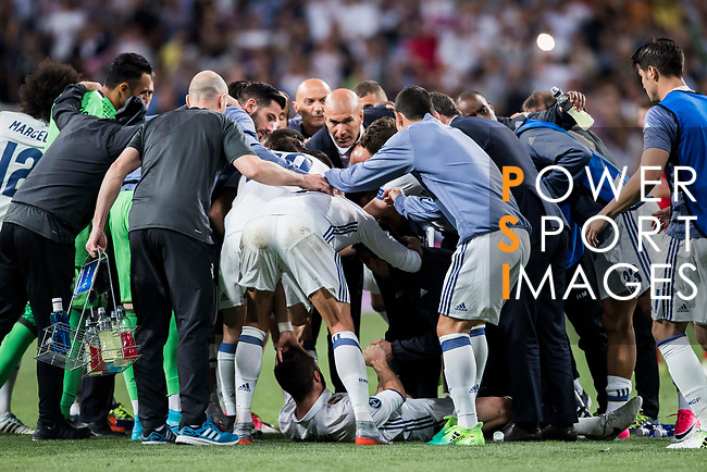Coach Zinedine Zidane of Real Madrid gives instructions to the players as Daniel Carvajal Ramos of Real Madrid lies on the pitch during their 2016-17 UEFA Champions League Quarter-finals second leg match between Real Madrid and FC Bayern Munich at the Estadio Santiago Bernabeu on 18 April 2017 in Madrid, Spain. Photo by Diego Gonzalez Souto / Power Sport Images