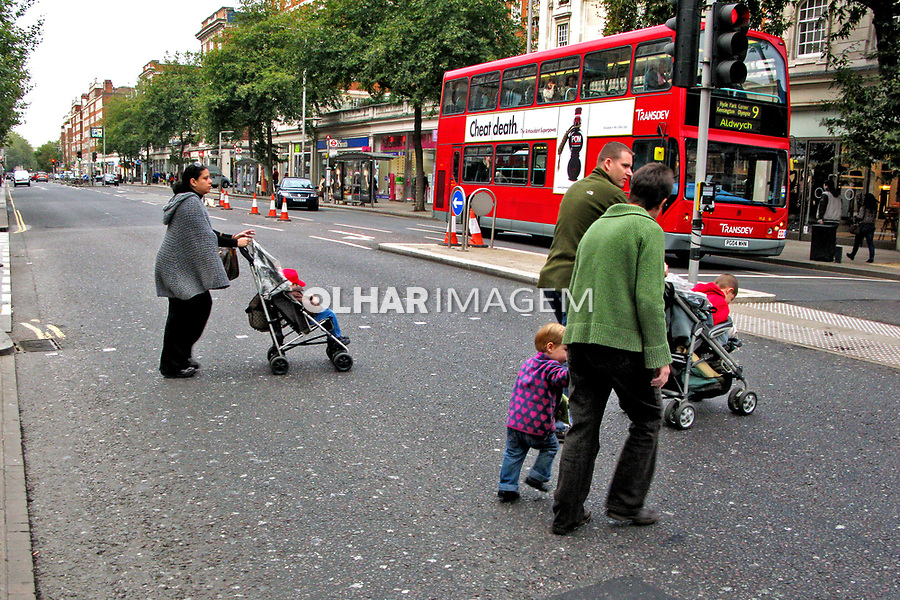 Familia de pedestres atravessam rua, Londres, Inglaterra. 2008. Foto Juca Martins