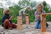 Kinder basteln sich einen Apfeltrockner, Kinder malen ihre fertigen Apfeltrockner bunt an, Apfel, Äpfel, Äpfel trocknen, Trockenobst, Apfelringe, apple, apples