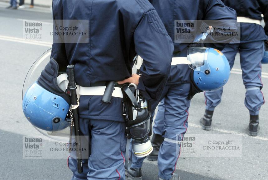 - manifestations against the international G8 summit in Genoa, July 2001, police security service....- manifestazioni contro il summit internazionale G8 a Genova nel luglio 2001, servizio di sicurezza della polizia