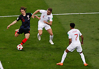 MOSCU - RUSIA, 11-07-2018: Luka MODRIC (Izq) jugador de Croacia disputa el balón con Jordan HENDERSON (Der) jugador de Inglaterra durante partido de Semifinales por la Copa Mundial de la FIFA Rusia 2018 jugado en el estadio Luzhnikí en Moscú, Rusia. / Luka MODRIC (L) player of Croatia fights the ball with Jordan HENDERSON (R) player of England during match of Semi-finals for the FIFA World Cup Russia 2018 played at Luzhniki Stadium in Moscow, Russia. Photo: VizzorImage / Julian Medina / Cont