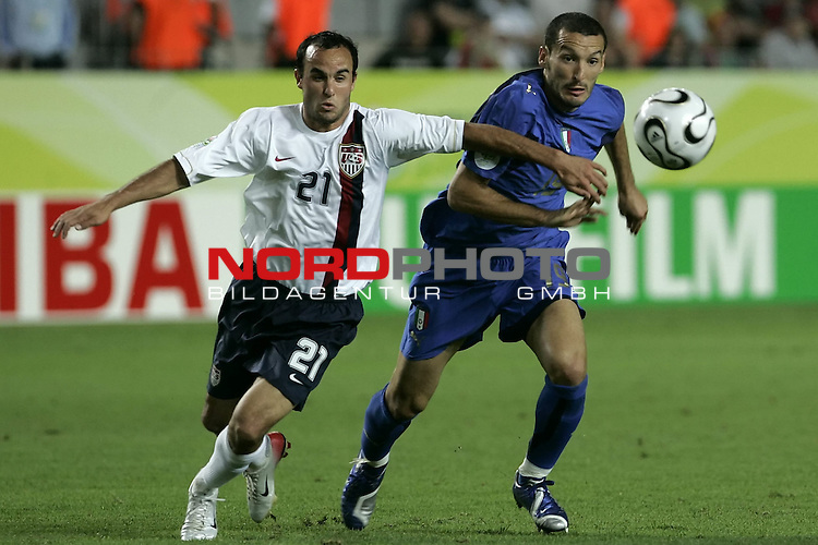 FIFA WM 2006 -  Gruppe E Vorrunde ( Group E )<br /> Play   #25 (17-Jun) - Italien - USA 1:1<br /> <br /> ZAMBROTTA - DONOVAN <br /> <br /> <br /> Foto &copy; nordphoto