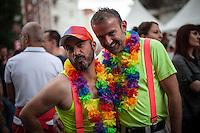 Berlin,  Ein Paar posiert am Samstag (15.06.13) in Berlin, bei der Eröffnung des schwul-lesbischen Stadtfestes. Foto: Maja Hitij/CommonLens