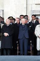 Carlo Azeglio Ciampi, Presidente della Repubblica italiana, durante la celebrazione del 25 aprile in piazza Scala, vicino all'ex Presidente Oscar Luigi Scalfaro. Milano, 25 aprile, 2005.