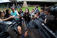 BRASILIA, DF, 20.11.2018 - BOLSONARO-CCBB-   Ana Vitória Sampaio, fala com repórteres após gritar palavras contra o presidente eleito, Jair Bolsonaro, em sua chegada ao CCBB, onde ocorre a transição do Governo, nesta terça, 20.(Foto:Ed Ferreira / Brazil Photo Press)