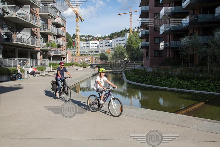 P&aring; sykkeltur i Svartdalen, langs Alnaelva. <br /> <br />  &copy; Fredrik Naumann/Felix Features