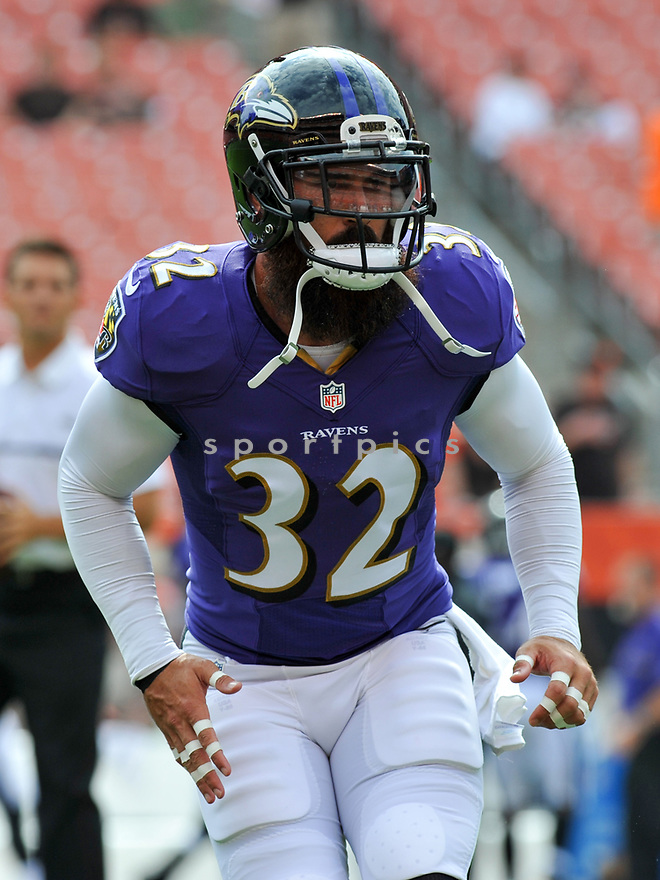 CLEVELAND, OH - JULY 18, 2016: Safety Eric Weddle #32 of the Baltimore Ravens warms up prior to a game against the Cleveland Browns on July 18, 2016 at FirstEnergy Stadium in Cleveland, Ohio. Baltimore won 25-20. (Photo by: 2017 Nick Cammett/Diamond Images)  *** Local Caption *** Eric Weddle(SPORTPICS)
