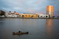 Recife_PE, Brasil..Barco de Pesca em Canal em Recife, Pernambuco. Ao fundo o Paco Alfandega e a Igreja Madre de Deus...Fishing Boat on Canal in Recife, Pernambuco. In the background Paco Alfandega and Madre de Deus Church...Foto: JOAO MARCOS ROSA / NITRO
