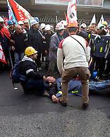ROMA 26 NOVEMBRE 2009.MANIFESTAZIONE LAVORATORI SARDI ALCOA.CARICHE DELLA POLIZIA,un manifestante ferito