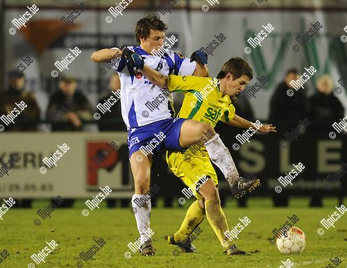2011-01-19 / voetbal / seizoen 2010-2011 / KSK Heist - Wetteren / Glenn Van Asten (L, Heist) met Van Ruyskensvelde..Foto: mpics