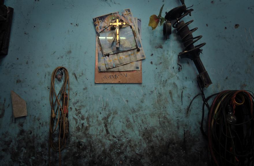 """Atelier copte à """"Garbage city"""", bidonville de la banlieue du caire, peuplé en grande majorité de chrétiens recyclant les déchets de la ville pour gagner leur vie."""
