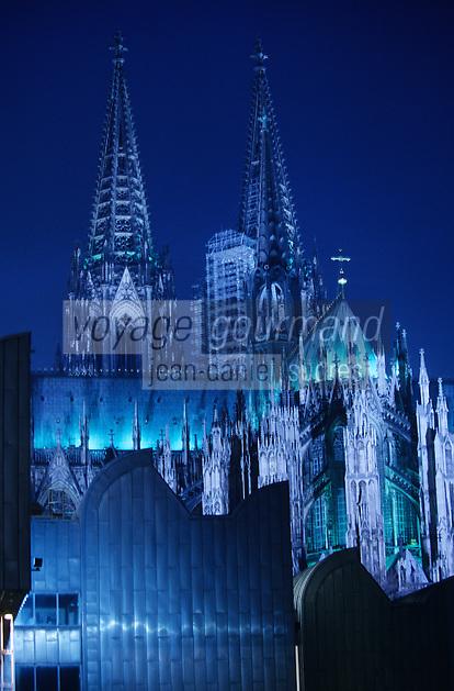 Europe/Allemagne/Rhénanie du Nord-Westphalie/Cologne: Flèches de la Cathédrale gothique vues de nuit depuis les bords du Rhin avec, au premier plan, le Musée Ludwig installé dans une ancienne filature