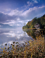 Great Britain, England, Cumbria (Lake District), near Ullswater: Boathouse and lake under cloudy sky in autumn | Grossbritannien, England, Cumbria (Lake District), bei Ullswater: Bootshaus am See im Herbst