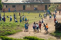 RWANDA Byumba, children play at school yard  / Ruanda Byumba, Kinder spielen auf einem Schulhof