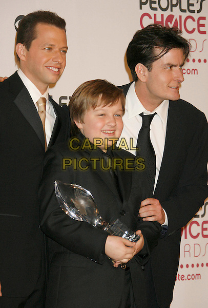 JON CRYER, ANGUS T. JONES & CHARLIE SHEEN.The 33rd Annual People's Choice Awards held at The Shrine Auditorium, Los Angeles, California, USA..January 9th, 2007.half length black suit jacket profile award trophy .CAP/ADM/RE.©Russ Elliot/AdMedia/Capital Pictures[