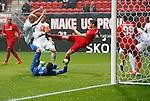 Nederland, Enschede, 18 oktober 2015<br /> Seizoen 2015-2016<br /> Eredivisie<br /> FC Twente-N.E.C. <br /> Jari Oosterwijk van FC Twente probeert op doel te schieten. Lucas Woudenberg van N.E.C. probeert dat te verhinderen