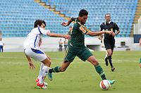 BARUERI, SP, 11 DE JANEIRO DE 2013 - COPA SÃO PAULO DE FUTEBOL JUNIOR - PALMEIRAS x GREMIO BARUERI: Edilson (d) durante partida Palmeiras x Gremio Barueri, válida pela primeira fase da Copa São Paulo de Futebol Junior, disputado na Arena Barueri. FOTO: LEVI BIANCO - BRAZIL PHOTO PRESS
