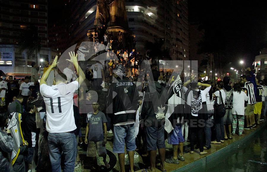 SANTOS, SP, 15 DE MAIO DE 2011 - FESTA TORCIDA DO SANTOS - Torcedores do Santos comemoram o título do Campeonato Paulista na Praça Independência  em Santos, neste domingo (15). (FOTO: ALE VIANNA / NEWS FREE).