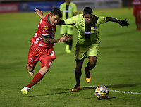 TUNJA - COLOMBIA -22-07-2016: Uvaldo Luna (Izq.) jugador de Patriotas FC, disputa el balón con Jeison Suarez (Der.) jugador de Cortulua, durante partido Patriotas FC y Cortulua, por la fecha 5 de la Liga de Aguila II 2016 en el estadio La Independencia en la ciudad de Tunja. / Uvaldo Luna (L) of Patriotas FC, figths the ball with con Jeison Suarez (R) player of Cortulua, during a match Patriotas FC and Cortulua, for date 5 of the Liga de Aguila II 2016 at La Independencia stadium in Tunja city. Photo: VizzorImage  /  Cesar Melgarejo / Cont.