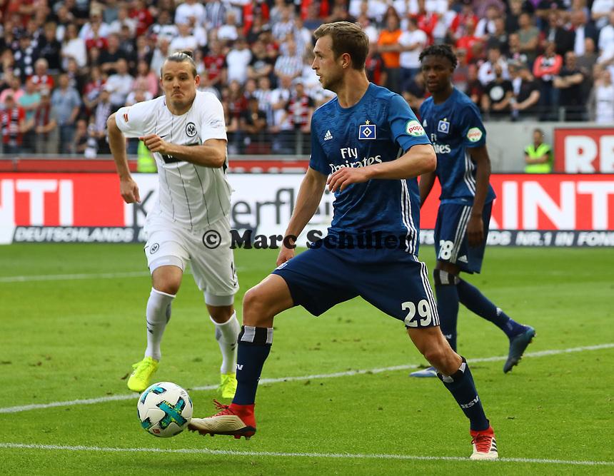 Matti Steinmann (Hamburger SV) gegen Alexander Meier (Eintracht Frankfurt) - 05.05.2018: Eintracht Frankfurt vs. Hamburger SV, Commerzbank Arena, 33. Spieltag Bundesliga