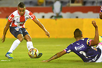 BARRANQUILLA  -COLOMBIA, 09-07-2016. Vladimir Hernández (Izq.) jugador del Junior disputa el balón con Hernan Pertuz (Der.) del Medellín    durante encuentro  por la fecha 2 de la Liga Aguila II 2016 disputado en el estadio Metroplitano Roberto Meléndez ./ Vladimir Hernandez (L) player of Junior  fights for the ball with Hernan Pertuz (R) player of Medellín   during match for the date 2 of the Aguila League II 2016 played at Metroplitano Roberto Melendez stadium . Photo:VizzorImage / Alfonso Cervantes  / Contribuidor