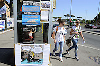 Roma, 18 Luglio 2012.Lavoratori e lavoratrice degli studios di Cinecittà occupano dal 4 Luglio una parte degli stabilimenti cinematografici contro il progetto di smantellamento e la cementificazione..Il piano di ridimensionamento è stato  annunciato da Cinecittà Studios Spa e Cinecittà Digital Factory..Nella foto un fumetto con i protagonisti della Dolce Vita di Fellini