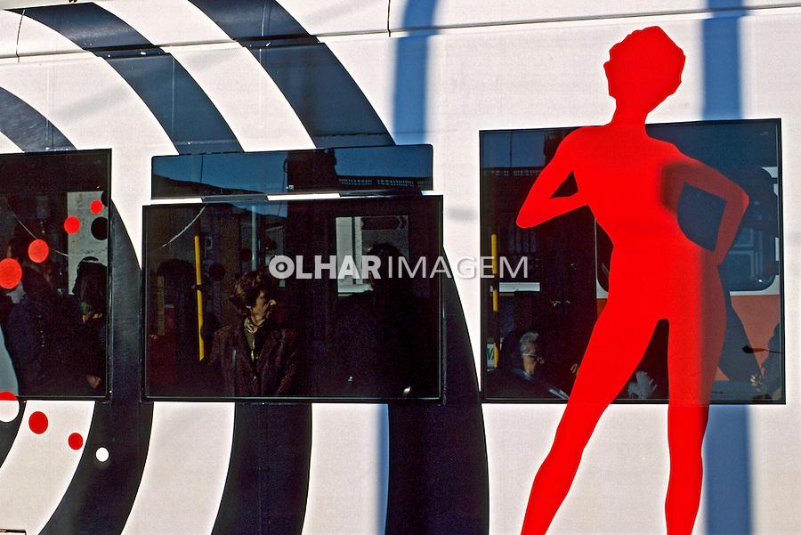Detalhe de trem em Lisboa. Portugal. 1999. Foto de Juca Martins.
