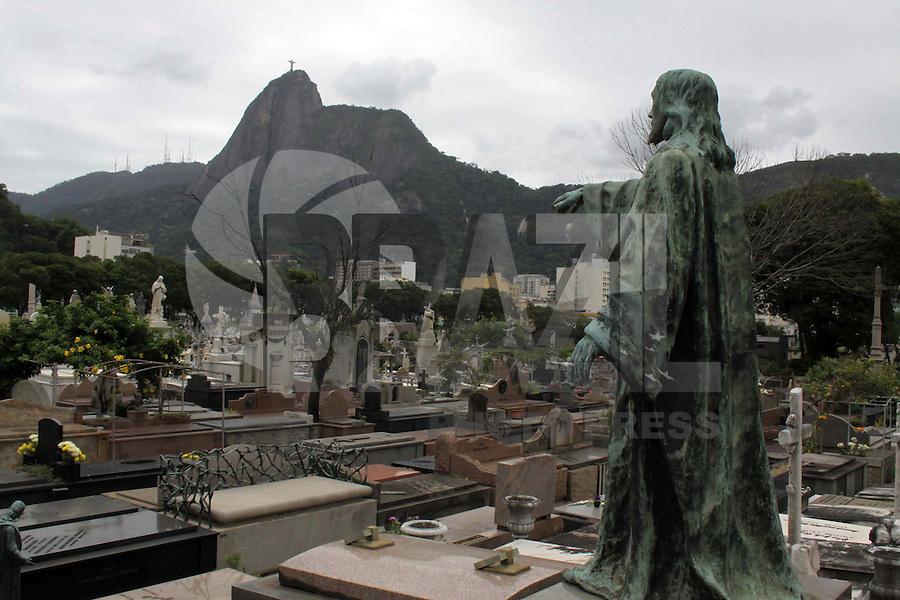 RIO DE  IJANEIRO01, DE  NOVEMBRO DE 2011 -  Movimenta&ccedil;&atilde;o que  antecede o dia  de  finados,  no Cemit&eacute;rio S&atilde;o  Jo&atilde;o  batista  considerado a  maior  necr&oacute;pole.<br /> Foto: Guto Mia/ News Free