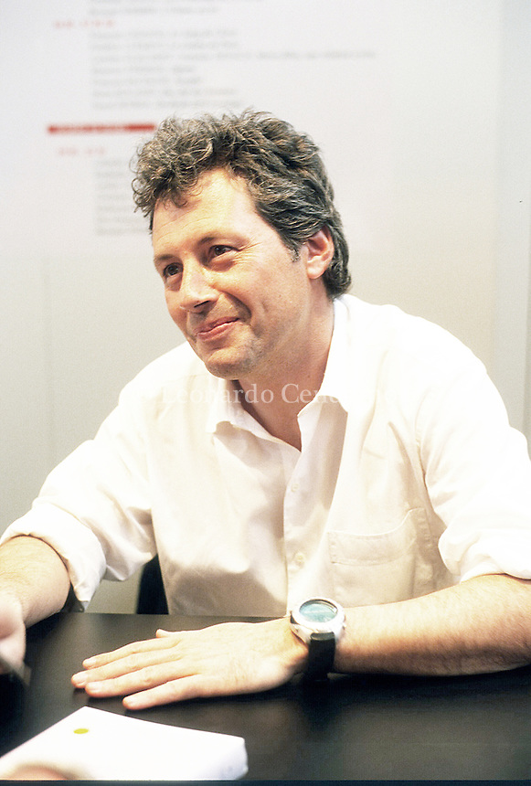 Alessandro Baricco è uno scrittore, saggista, critico musicale, conduttore televisivo, pianista, sceneggiatore e regista italiano, fra i più noti esponenti della narrativa italiana contemporanea. Parigi, 2002. Torino 1993. © Leonardo Cendamo