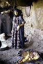 Irak 1985.Dans les zones libérées, région de Lolan, une femme préparant un repas.Iraq 1985.In liberated areas, Lolan district, a woman