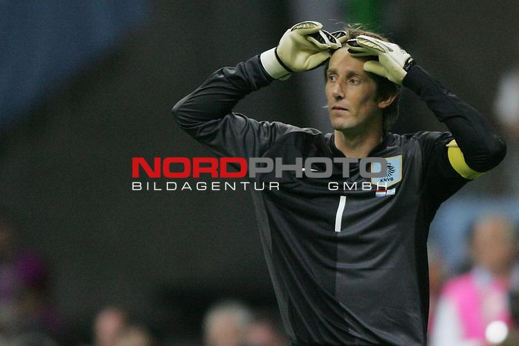 FIFA WM 2006 -  Gruppe C Vorrunde ( Group C )<br /> Play     #37 (21-Jun) - Niederland ( Holland ) - Argentinien 0:0<br /> <br /> Torwart Edwin Van Der Sar von Niederlande in Einzel Aktion.<br /> Edvin Van Der Sar mit den H&auml;nden am Kopf.<br /> <br /> Foto &copy; nordphoto