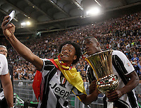 Calcio, finale Tim Cup: Milan vs Juventus. Roma, stadio Olimpico, 21 maggio 2016.<br /> Juventus&rsquo; Juan Cuadrado, left, and Paul Pogba take a selfie with the trophy at the end of the Italian Cup final football match between AC Milan and Juventus at Rome's Olympic stadium, 21 May 2016. Juventus won 1-0 in the extra time.<br /> UPDATE IMAGES PRESS/Isabella Bonotto