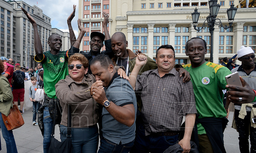 MOSCU - RUSIA, 13-06-2018: Hinchas de Senegal animan a su equipo por las calles de Moscú previo al inicio de la Copa Mundo FIFA 2018 Rusia. / Fans of Senegal cheer for their team prior the beginning of the 2018 FIFA World Cup Russia. Photo: VizzorImage / Julian Medina / Cont