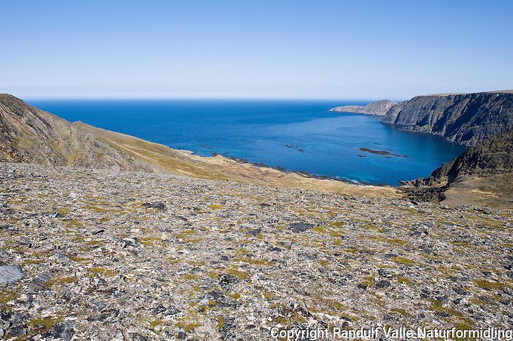 Sandfjorden på Magerøya. Knivskjelodden til høyre. ---- Sandfjorden on Magerøya.