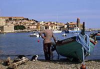 Europe/France/Languedoc-Roussillon/66/Pyrénées-Orientales/Collioure: barque catalane et maisons sur le port, pêcheur et chats, en fond l'église avec son clocher dome qui fut l'ancien phare du port<br /> PHOTO D'ARCHIVES // ARCHIVAL IMAGES<br /> FRANCE 1980