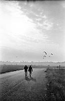 Berlino, aeroporto di Tempelhof riqualificato a parco pubblico. Due persone e aquiloni --- Berlin, Tempelhof airport requalified to public park. Two persons and kites