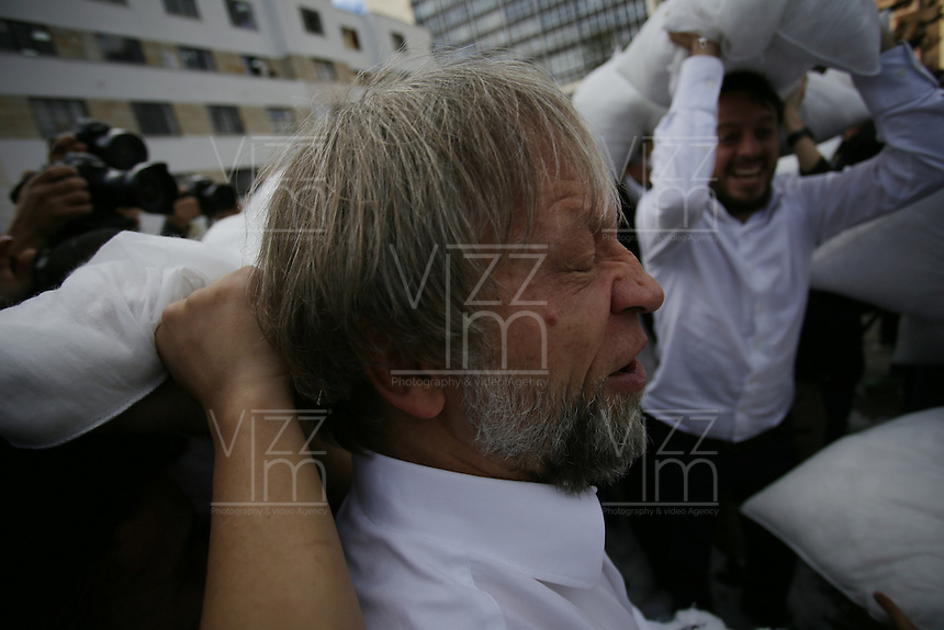 "BOGOTA - COLOMBIA, 19-05-2016: ""La Guerra de Almohadas"" fue el evento simbólico que lideró el dirigente político colombiano Antanas Mockus como apoyo a la paz. La actividad se llevó a cabo en la emblemática Plazoleta de El Rosario, en el centro de Bogotá, en donde fue acompañado por unas 300 personas que por varios minutos se pegaron con cojines. / ""The Pillow Fight"" was the symbolic event that led Colombian political leader Antanas Mockus as paece support in Colombia. The activity was held at emblematic Square of Rosario, downtown of Bogota,  where was accompanied by about 300 people that for few minutes were rattling against each with cushions. Photo: VizzorImage/ Ivan Valencia /Cont"