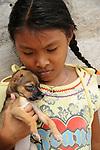 Ind&iacute;genas guna / ni&ntilde;a ind&iacute;gena con cachorro en la comarca de Guna Yala, Panam&aacute;.<br /> <br /> Guna Indians / girl with doggy in Guna Yala region, Panama.