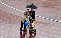 Nederland - Amsterdam. September 2018.  De Nationale Rollatorloop in het Olympisch Stadion vond dit jaar plaats in de stromende regen. De Rollatorloop is speciaal in het leven geroepen om elkaar op te peppen om in beweging te blijven. Er kunnen verschillende afstanden worden afgelegd. Zorgpersoneel, vrijwilligers en familie begeleiden de deelnemers.   Foto mag niet in negatieve context worden gebruikt.   Foto Berlinda van Dam / Hollandse Hoogte