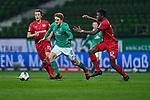 Josh Sargent / Joshua Sargent (SV Werder Bremen #19) treibt den Ball, hier verfolgt von Julian Baumgartlinger (Bayer 04 Leverkusen #15) und  Edmond Tapsoba (Bayer 04 Leverkusen #12)<br /> <br /> Sport: Fussball: 1. Bundesliga: Saison 19/20: <br /> 26. Spieltag: SV Werder Bremen vs Bayer 04 Leverkusen, 18.05.2020<br /> <br /> Foto ©  gumzmedia / Nordphoto / Andreas Gumz / POOL <br /> <br /> Nur für journalistische Zwecke! Only for editorial use!<br />  DFL regulations prohibit any use of photographs as image sequences and/or quasi-video.