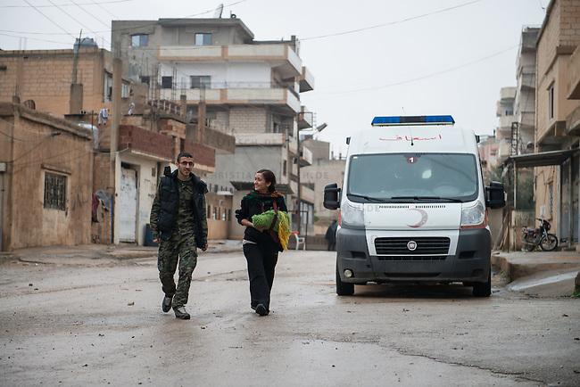 Sehid Xebat Hospital unter YPG-Verwaltung in Qamishli, Rojava/Syrien.<br /> Im Bild: Einer Kaempferin der YPJ (rechts im Bild), der Fraueneinheit in der Armee der YPG, wurde in Kobane der linke Arm zerschossen. Ein Operateur hat mit externer Fixierung die zertruemmerten Knochen stabilisiert. Sie wird von einem Krankenhausmitarbeiter und YPG-Kaempfer begleitet (links).<br /> 14.12.2014, Qamishli/Rojava/Syrien<br /> Copyright: Christian-Ditsch.de<br /> [Inhaltsveraendernde Manipulation des Fotos nur nach ausdruecklicher Genehmigung des Fotografen. Vereinbarungen ueber Abtretung von Persoenlichkeitsrechten/Model Release der abgebildeten Person/Personen liegen nicht vor. NO MODEL RELEASE! Nur fuer Redaktionelle Zwecke. Don't publish without copyright Christian-Ditsch.de, Veroeffentlichung nur mit Fotografennennung, sowie gegen Honorar, MwSt. und Beleg. Konto: I N G - D i B a, IBAN DE58500105175400192269, BIC INGDDEFFXXX, Kontakt: post@christian-ditsch.de<br /> Bei der Bearbeitung der Dateiinformationen darf die Urheberkennzeichnung in den EXIF- und  IPTC-Daten nicht entfernt werden, diese sind in digitalen Medien nach &sect;95c UrhG rechtlich geschuetzt. Der Urhebervermerk wird gemaess &sect;13 UrhG verlangt.]