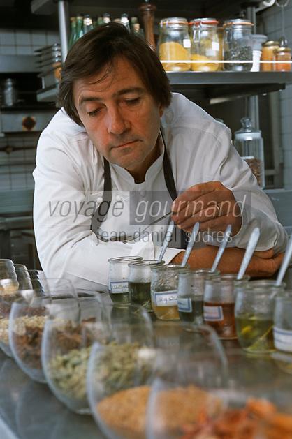 """Europe/France/Bretagne/35/Ille-et-Vilaine/Cancale: Olivier Roellinger Chef de la """"Maison de Bricourt"""" dans ses cuisines avec sa gamme d'épices [Non destiné à un usage publicitaire - Not intended for an advertising use]"""