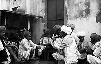 11.2008  Pushkar (Rajasthan)<br /> <br /> Men drinking tea during kartik purnima.<br /> <br /> Hommes buvant le th&eacute; pendant kartik purnima.