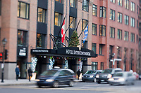 Amérique/Amérique du Nord/Canada/Québec/Montréal: La place Jean-Paul-Riopelle vu au travers de la gande façade en lamelles de verre coloré du  Palais des congrès de Montréal