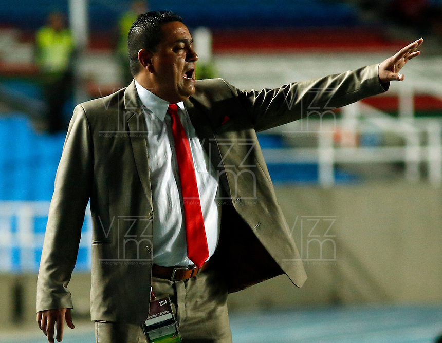 CALI -COLOMBIA-26-AGOSTO-2014.  Jhon Jairo Lopez director tecnico del America de Cali    durante el ecuentro contra el Union Magdalena partido de la sexta fecha del Torneo Postobon jugado en el estadio Pascual Guerrero de la ciudad de Cali. /  Jhon Jairo Lopez technical director of the America de Cali during  match against Magdalena Union of the sixth round of the  Postobon tournament played in Pascual Guerrero stadium in Cali.  Photo: VizzorImage / Juan Carlos Quintero / Stringer