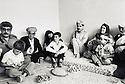 Irak 1991.Nechirvan Barzani avec Fazel Mirani visitant une famille à Dohok.Iraq 1991.Nechirvan Barzani with Fazel Mirani ( left ) visiting a family in Duhok