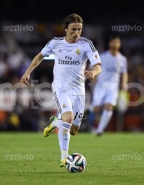FUSSBALL  INTERNATIONAL Copa del Rey FINALE  2013/2014    FC Barcelona - Real Madrid            16.04.2014 Luka Modric (Real Madrid) am Ball