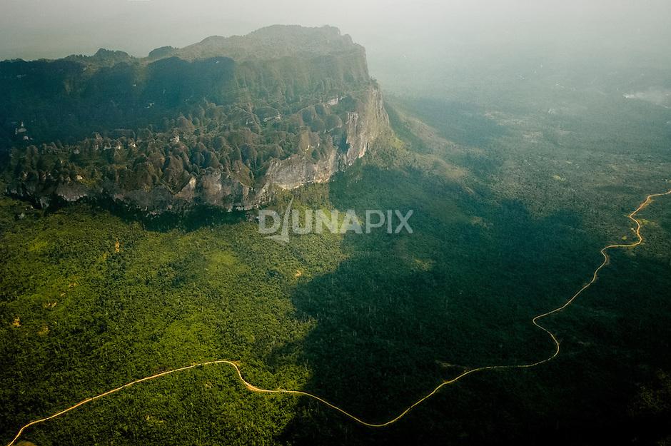 Aerial view of Sangkulirang karst terrain viewed at ~40% of flight distance between Lake Tebo and Sangatta, East Kalimantan. Baai outlier??