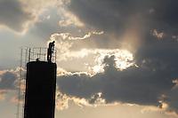 MOGI DAS CRUZES, SP, 06 DE FEVEREIRO DE 2012 - CLIMA TEMPO MOGI DAS CRUZES - Fim de tarde na cidade de Mogi das Cruzes, na regiao metropolitana de Sao Paulo, nesta segunda-feira, 06. (FOTO: WARLEY LEITE - NEWS FREE).